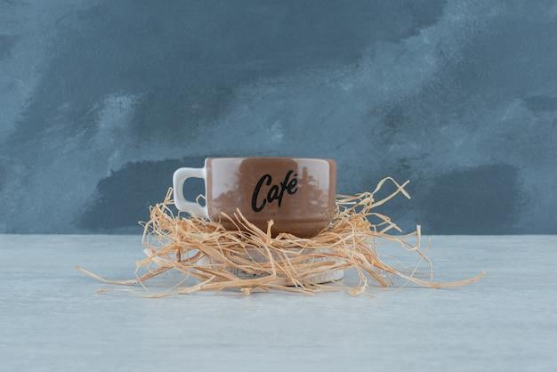 건초에 향기로운 커피 한 잔. 고품질 사진