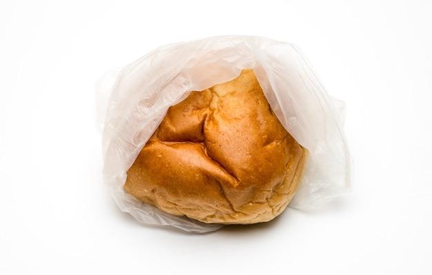 흰색 배경에 투명한 폴리백 안에 맛있는 햄버거 빵