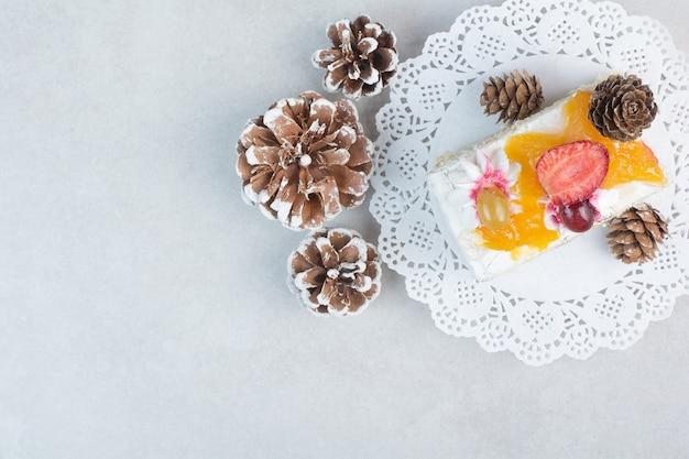 白い背景に松ぼっくりのおいしいケーキ。高品質の写真
