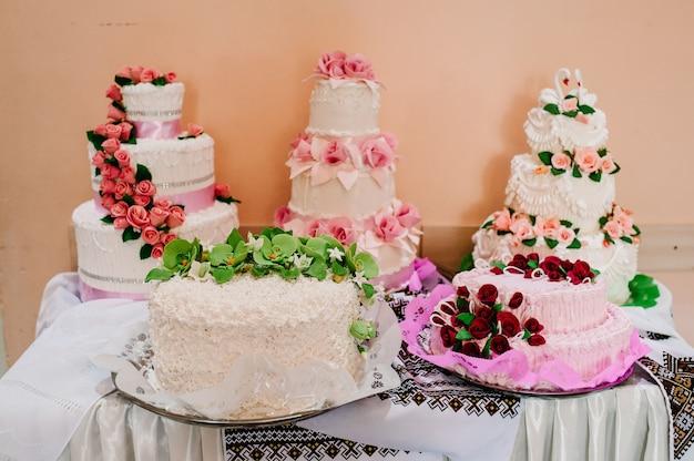 Вкусный сладкий свадебный каравай, торт в украинском стиле на вышитых полотенцах.