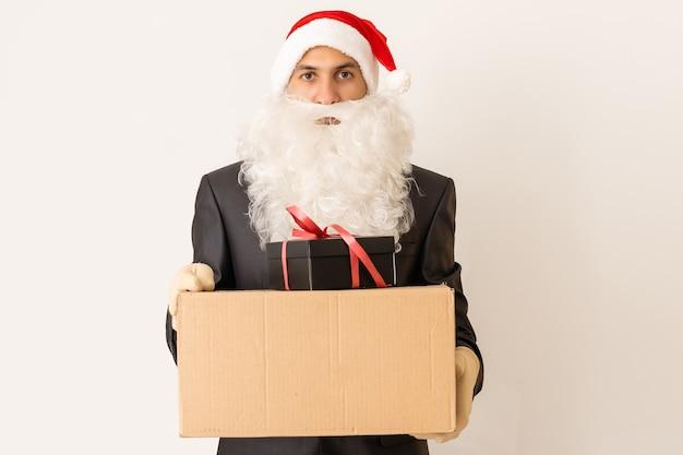 Доставщик в новогодней шапке доставляет подарок с бантом - изолированные