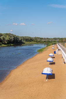 人けのない川のビーチ。オレンブルク市のウラル川で撮影した写真
