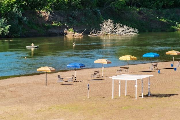 人けのない川のビーチ。写真は、オレンブルク市近くのサクマラ川で撮影されました。