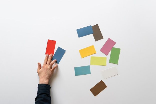 Коллектив дизайнеров подбирает цветовую гамму для росписи интерьера, творческое занятие.