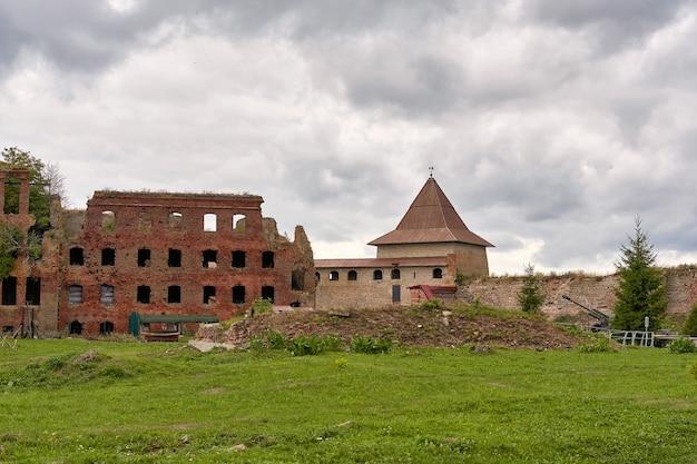 Разрушенное кирпичное здание на территории крепости орешек.