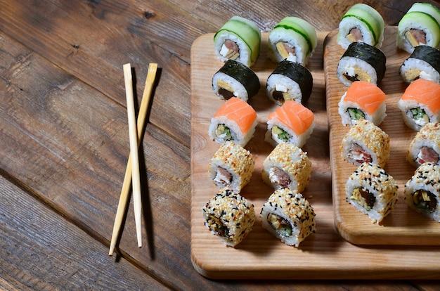 日本の寿司ロールとその使用箸の詳細