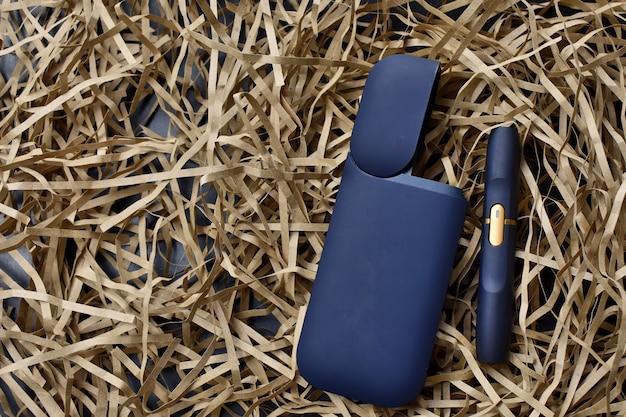 Устройство для нагрева табака. электронная сигарета на светлом фоне