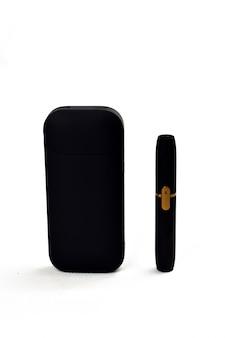 たばこを加熱する装置。白い背景の上の電子タバコ