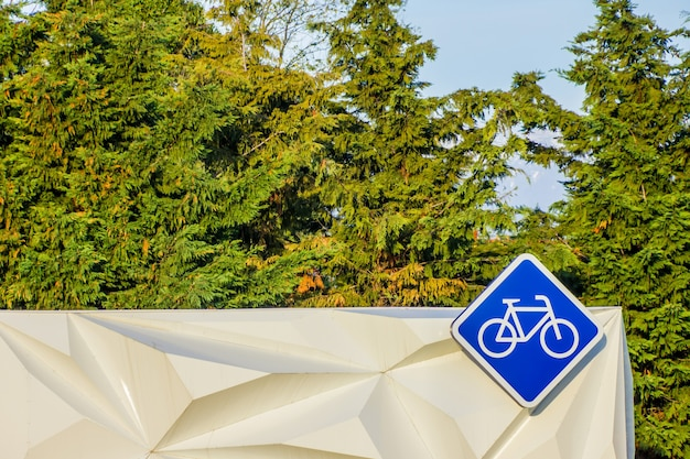 レンタサイクルブースに吊るされたひし形の自転車看板。ソチでは自転車で一年中過ごせます