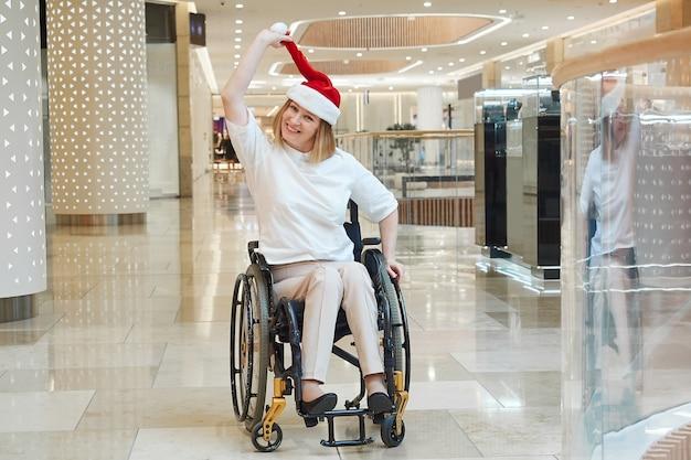 サンタの帽子をかぶった障害のある女性