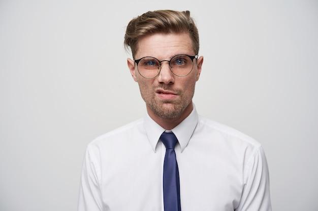 しわのある顔の不機嫌な男性モデル