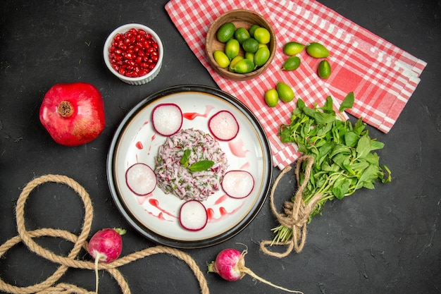 ザクロの柑橘系の果物の緑の赤みがかった種子の皿