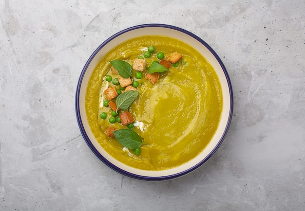 크래커, 바질 잎으로 장식 된 유기농 야채로 만든 적절한 영양 요리. 복사 공간