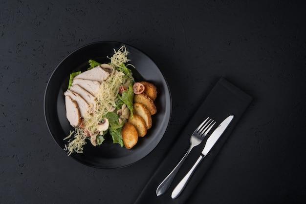 검은 나무 표면에 있는 닭고기 요리, 위쪽 전망
