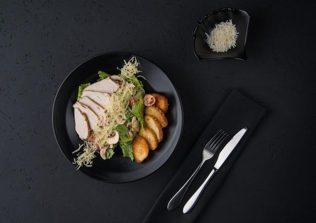 검은색 나무 표면에 있는 닭고기 요리, 위쪽 전망