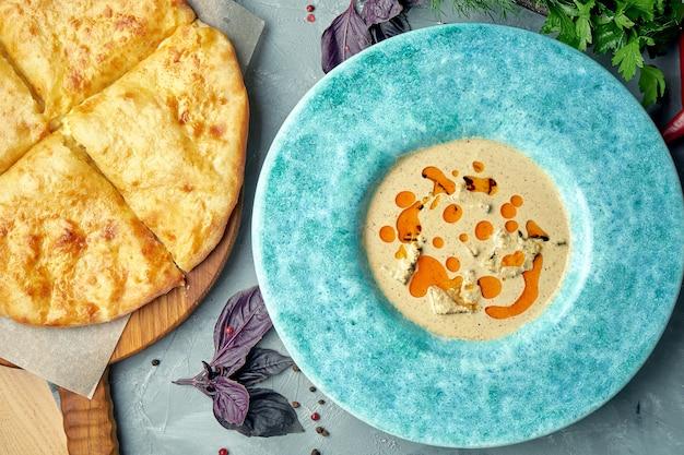 グルジアの鶏ササミとナッツのソースまたはサチャビとカチャプリの料理。上面図