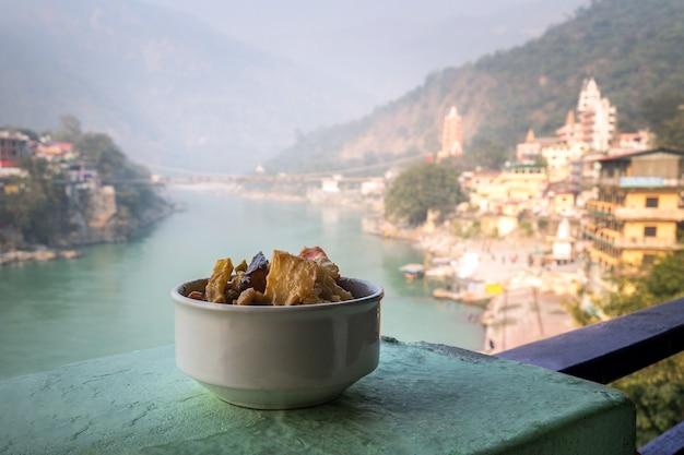 ガンジス川を背景にした野菜のグリルと煮込みの料理。 rishikesh india。、ヨガシティインド、ガンジス川ガンガラムジュラジュラ