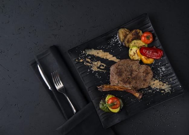 검은 나무 표면에 구운 고기 요리, 위쪽 전망