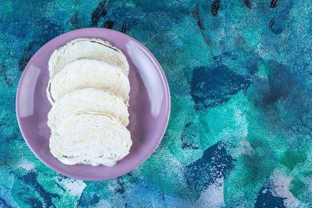 Дисплей нарезанной капусты на тарелке