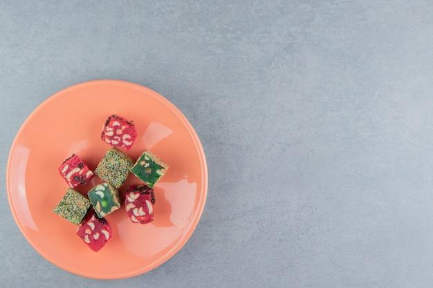 대리석 배경에 접시에 터키어 기쁨을 표시합니다. 고품질 사진