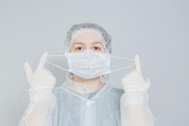 医療用マスクと防護服を着た医師