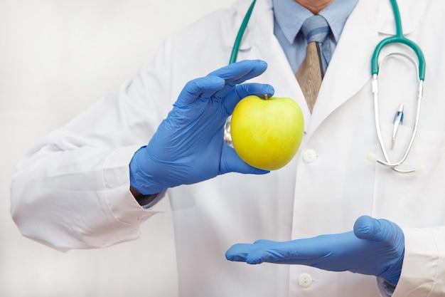 사과를 들고 보호 장갑 의사