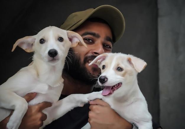 幸せで笑顔の2匹の犬を持つ犬愛好家の少年-選択的なフォーカス画像