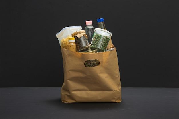 Сумка для пожертвований, наполненная едой для доставки во время пандемии covid-19 / coronavirus.