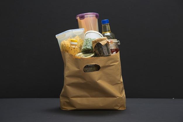 Сумка для пожертвований, наполненная едой для доставки во время covid-19