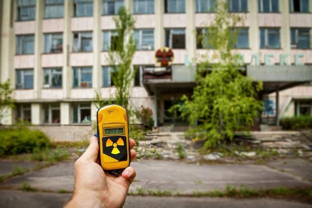 ゴーストタウンのプリピャチ市で放射能レベルの線量計を手に