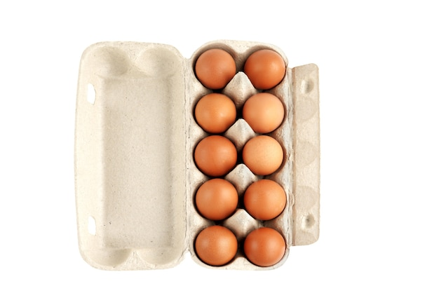 白い背景で隔離のカートンのダースの卵。完全な被写界深度。クリッピングマスク。