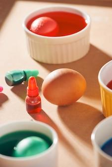 カートンに1ダースの卵が入っており、水彩絵の具を使用しています。