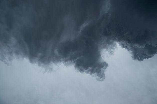 비가 내리는 검은 구름의 극적인 배경.