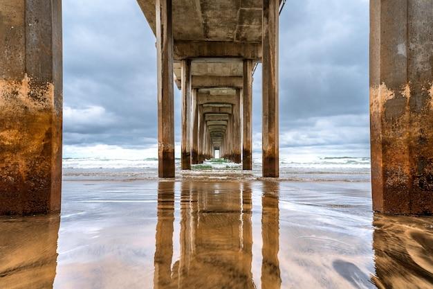 Драматический пейзаж на берегу океана в пасмурную погоду красивый пирс в ла хойя калифорния