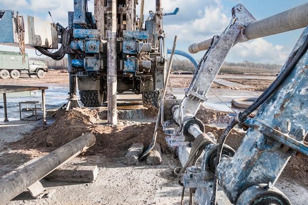 드릴링 장비가 현장에서 작업 중입니다. 깊은 구멍 드릴링. 지질 탐사 작업. 광물 탐사. 강력한 드릴 드릴.