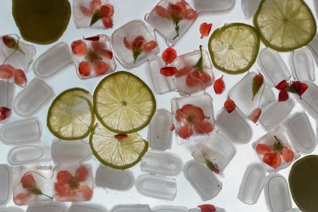 유리에 꽃과 얼음 조각으로 음료