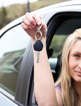 Водитель, держащий ключ после того, как получил новый автомобиль