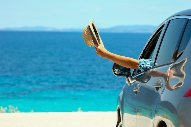 Водитель в машине на море летом