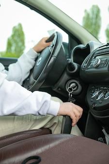 自動車教習所の生徒が車を運転しています