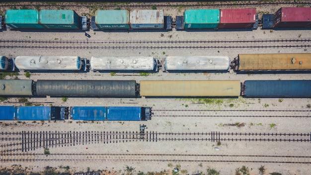大量の貨物を積み込む準備をしている鉄道のジャンクションでドローンが撃たれた