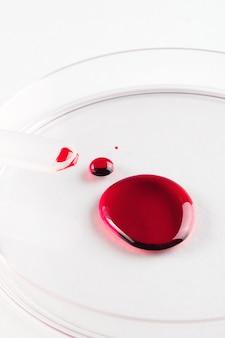 Капля крови в стеклянной чашке петри.