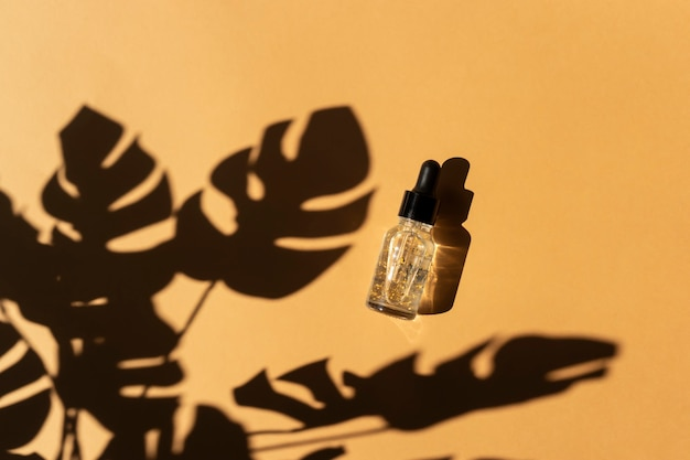 금색 부분이 있는 투명한 에센셜 오일의 드롭퍼 병. 천연 화장품 개념