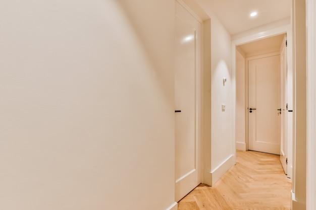 Пустой коридор оформлен в стиле минимализма