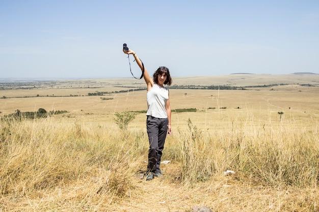 Европейский турист, наслаждающийся в национальном парке масаи мара, животными на свободе в саванне. кения, африка