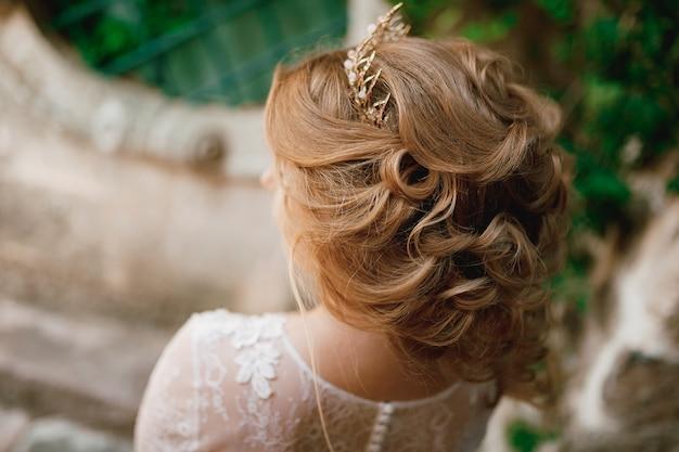 ティアラとフェミニンな髪型の金髪の花嫁