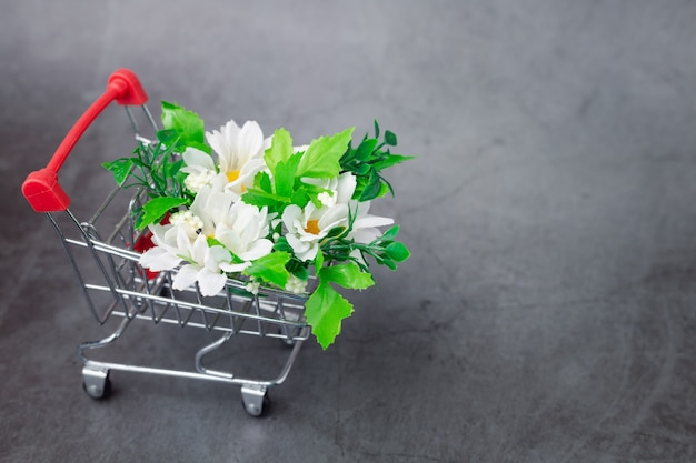 Mimiショッピングカートにある偽の花の束