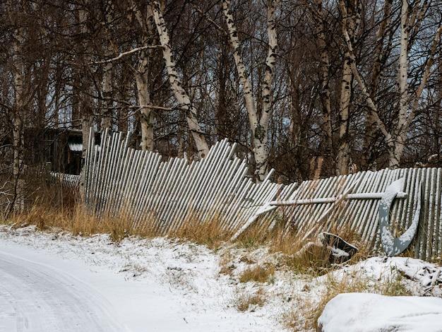 타락한 오래 된 나무 울타리입니다. 오래 된 낚시 울타리입니다.