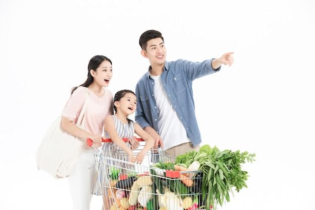 세 가족이 슈퍼마켓에서 야채를 사다