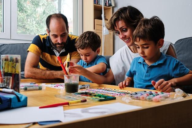 家族で絵を描いて子供たちと遊ぶ