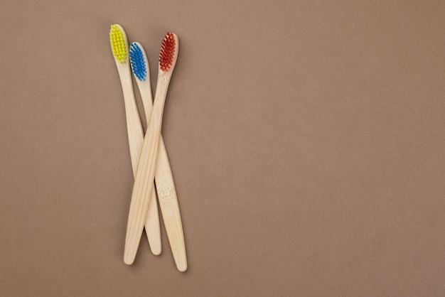 4つの木製の竹の歯ブラシの家族セット。エコ美容コンセプト。